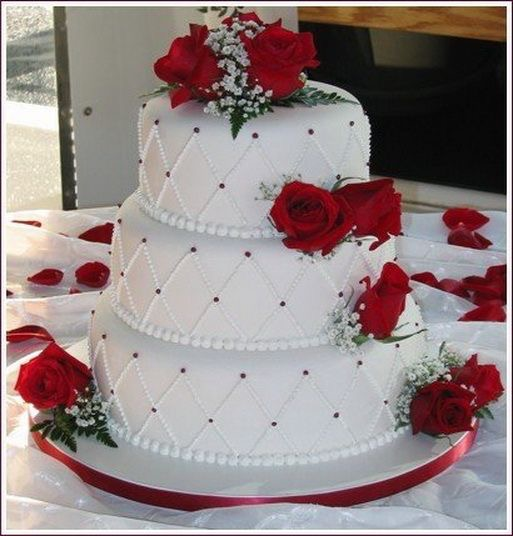 Торт свадебный с красными цветами